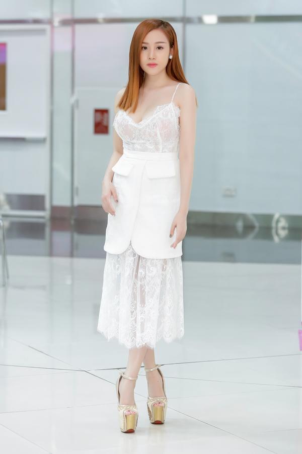 Bà Tưng Huyền Anh diện váy ren xuyên thấu, khoe da trắng nõn nà