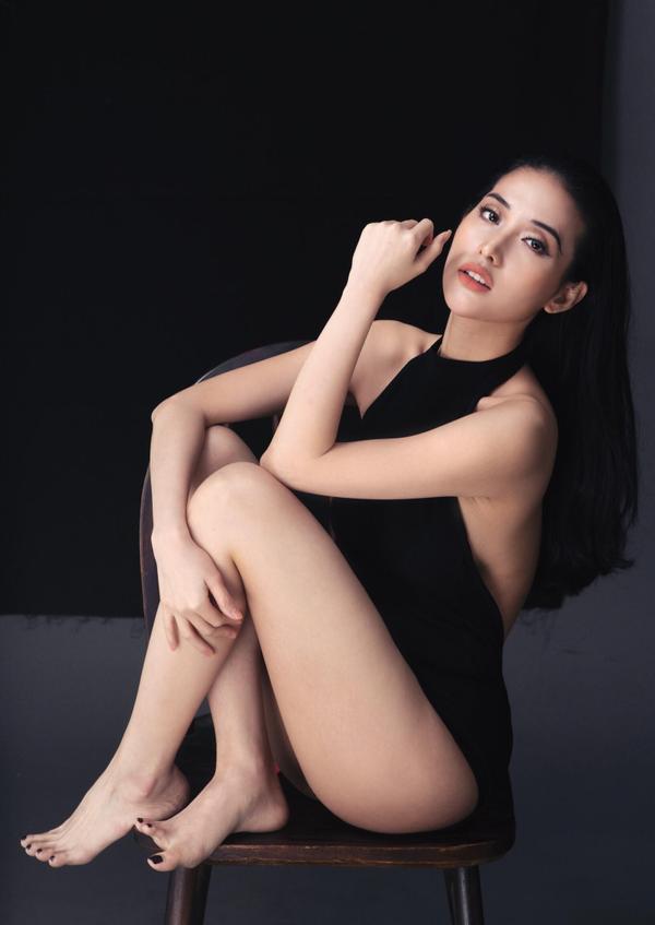 """Bên cạnh đó, Mai Hồ cũng như bao phụ nữ khác, luôn chăm sóc làn da rất kỹ bằng việc rửa sạch da mặt kể cả trước lúc make up và trước khi ngủ, bên cạnh đó là kết hợp việc dưỡng da bằng kem, uống vitamin… Đó là lý do là nàng diễn viên xinh đẹp này luôn sở hữu làn da căng trẻ và không tuổi.  Nói về bản thân, Mai Hồ cho biết cô luôn tự tin tất cả những gì ở bản thân mình. Nữ diễn viên chia sẻ: """"Không phải Mai nghĩ bản thân mình hoàn hảo mà mình quan niệm sự tự tin có thể biến một người không đẹp theo tiêu chuẩn chung, trở thành người đẹp theo cách đặc biệt riêng. Nếu bản thân không tự tin vào chính mình thì lấy gì cho mọi người tin rằng chúng ta đẹp thật sự"""". Quan niệm sống này đã được Mai Hồ đúc kết từ chính bản thân khi từng có lúc thiếu tự tin hay nhiều người thậm chí rất xinh đẹp nhưng mất tự tin vào chính mình."""