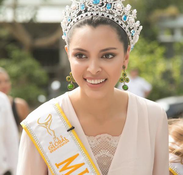 Hoa hậu Toàn cầu 2016 giản dị dắt bò đi làm từ thiện tại Đà Nẵng - Ảnh 1