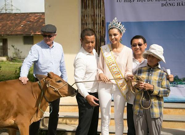 Hoa hậu Toàn cầu 2016 giản dị dắt bò đi làm từ thiện tại Đà Nẵng - Ảnh 6