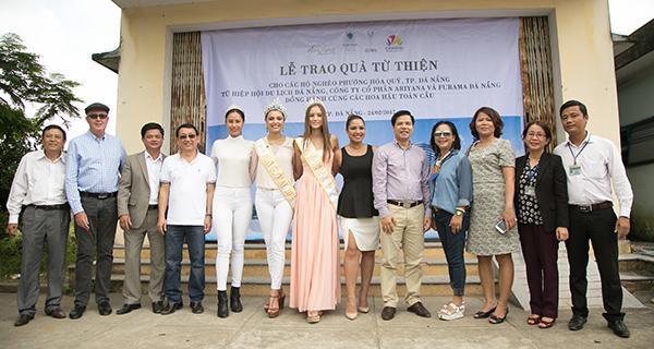 Hoa hậu Toàn cầu 2016 giản dị dắt bò đi làm từ thiện tại Đà Nẵng - Ảnh 8