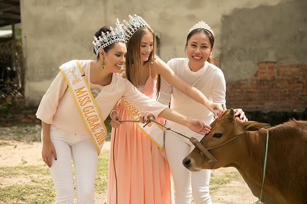 Hoa hậu Toàn cầu 2016 giản dị dắt bò đi làm từ thiện tại Đà Nẵng - Ảnh 4