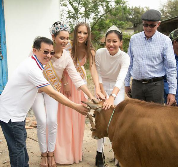 Hoa hậu Toàn cầu 2016 giản dị dắt bò đi làm từ thiện tại Đà Nẵng - Ảnh 7