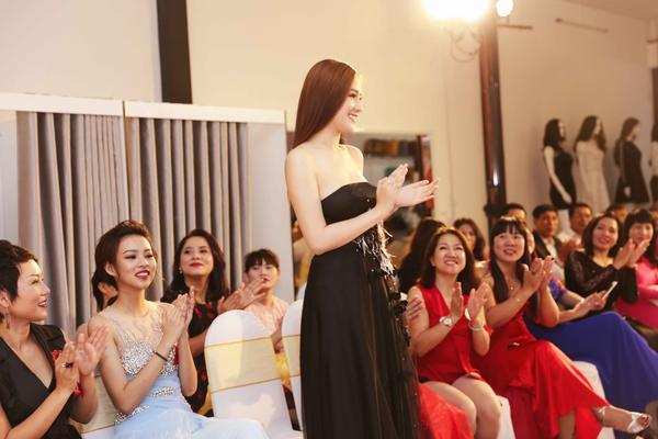 Hoa hậu nổi bật bên cạnh người đẹp Phí Phương Anh.
