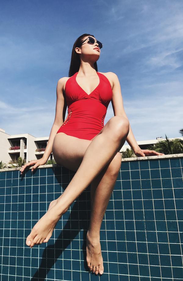 Phạm Hương khéo léo khoe làn da trắng ngần trong bộ bikini đỏ rực.