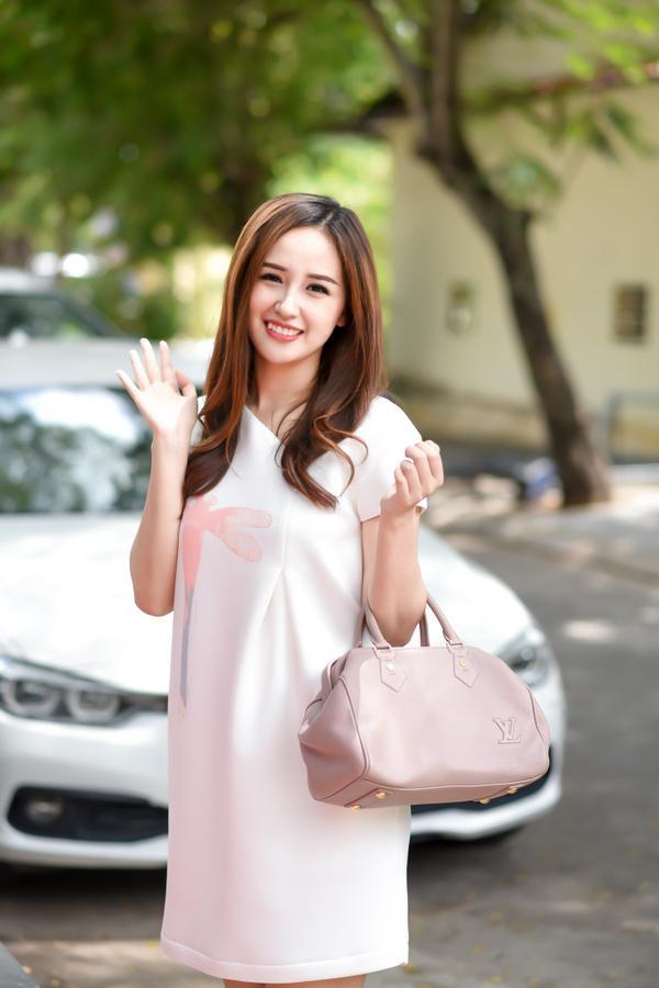 Hoa hậu Việt Nam 2006 nữ tính với váy suôn và túi xách Louis Vuitton trị giá khoảng 2.000 USD. Được biết, cô đã thu xếp bay từ Hà Nội vào để chung vui cùng người chị thân thiết.