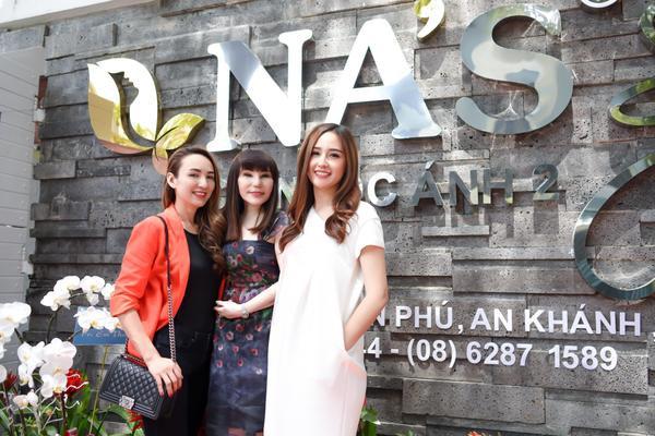 Mai Phương Thúy chụp ảnh lưu niệm cùng Ngọc Diễm, doanh nhân Ngọc Ánh.