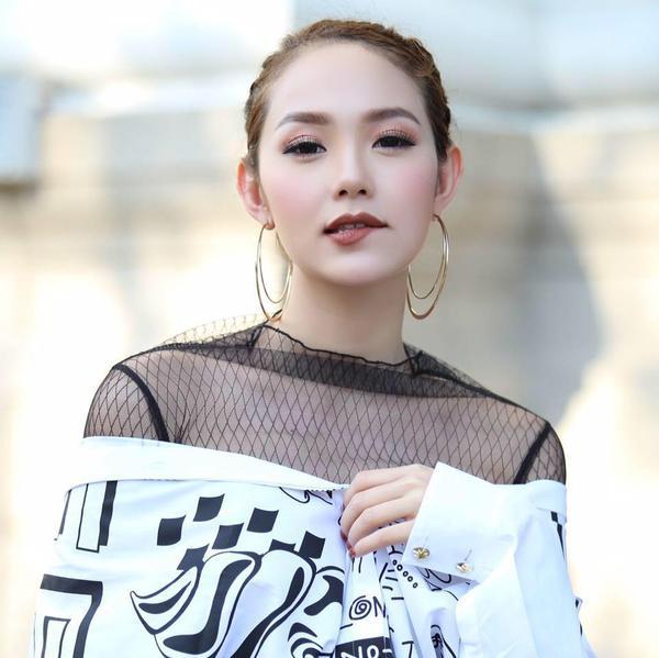 """Minh Hằng là một trong số nghệ sĩ Việt hiếm hoi khẳng định bản thân trên cả hai """"sân chơi"""" điện ảnh và âm nhạc. Chính vì thế khi giới thiệu về cô, nhiều người thường loay hoay không biết nên lựa chọn danh xưng diễn viên hay ca sĩ cho hợp lý.  Nếu theo dõi con đường sự nghiệp của Minh Hằng từ trước, có thể thấy cô không tham gia quá nhiều phim, nhưng với sự kỹ càng, khắt khe trong việc chọn kịch bản, mỗi vai diễn mới của Minh Hằng đều đạt được những thành công riêng. Không những vậy, người đẹp 8X còn là tấm gương tiêu biểu cho việc không ngại khó, ngại khổ, ngại xấu để hóa thân trọn vẹn vào nhân vật."""