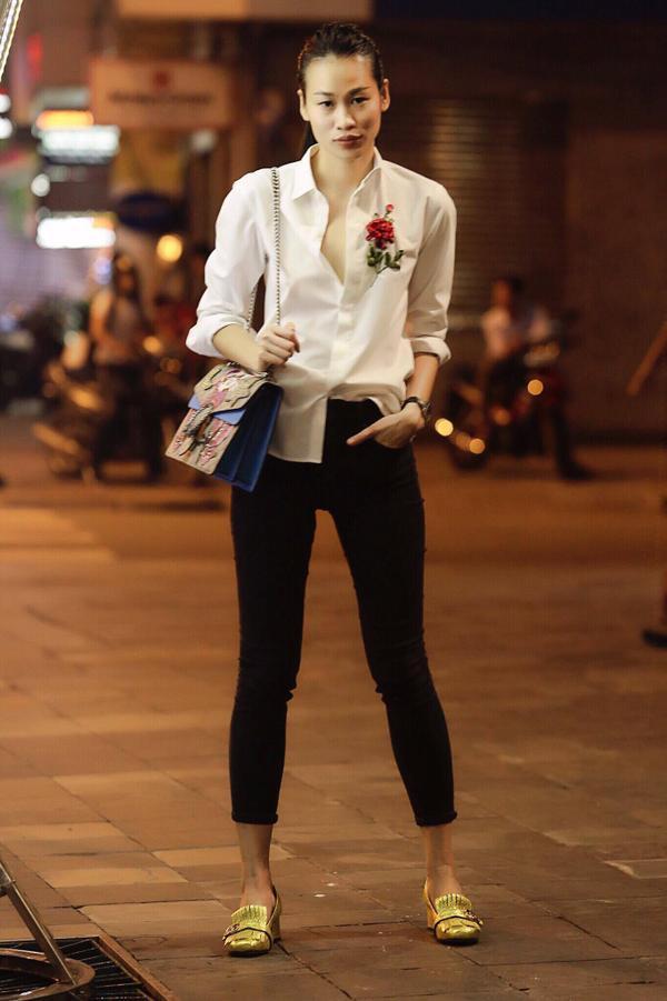 Fashionista Thanh Trúc Trương mix cùng phụ kiện nổi bật là giày oxford ánh vàng.