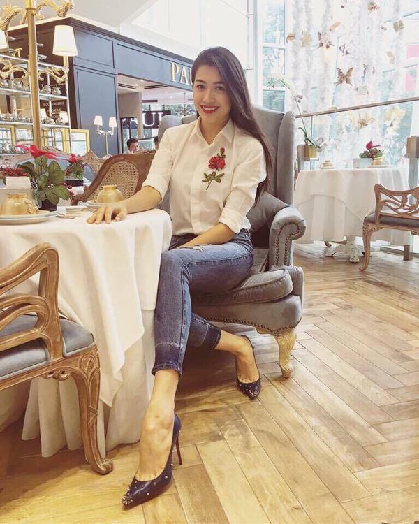 Á hậu Lệ Hằng đơn giản nhất có thể với quần jean và giày cao gót nạm đinh.