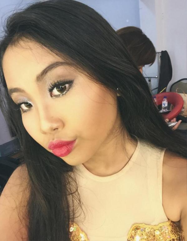 Phương Mỹ Chi trong phòng makeup trước một tiết mục dự thi gameshow. Nhiều người không thể nhận ra đây chính là cô bé rụt rè năm xưa.