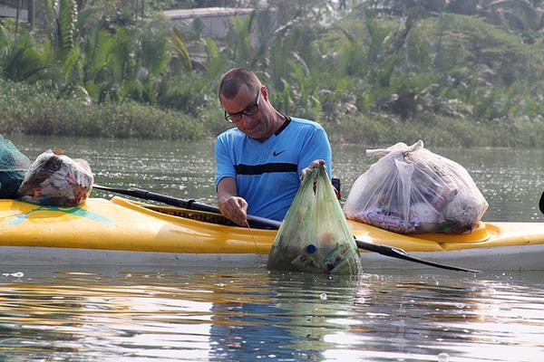 Ông Paul Lasenby (44 tuổi, quốc tịch Anh) tỏ ra thích thú với tour vớt rác trên sông Hoài.