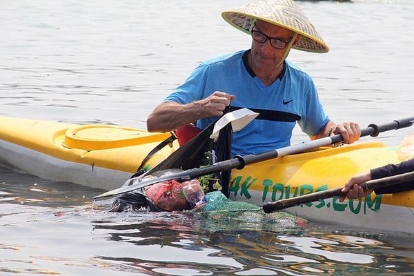 Theo đó, khách du lịch tham gia sẽ tự chèo thuyền kayak và dùng vợt để vớt rác trên đoạn đường dài khoảng 8km dọc khu vực sông Hoài từ xã Cẩm Thanh vào phố cổ Hội An.
