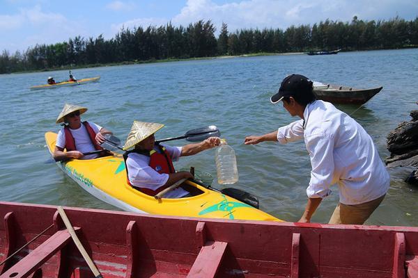 Suốt hành trình sẽ có 2 nhân viên điều khiển thuyền máy tập kết rác từ các thuyền kayak của khách vớt được để chở đi tiêu hủy.