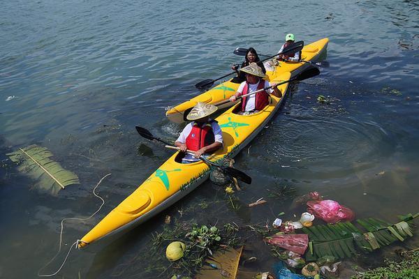 Cuối tháng 2 vừa qua, Công ty du lịch Hội An Kayak tour (xã Cẩm Thanh, TP Hội An, Quảng Nam) vừa cho ra mắt tour du lịch… vớt rác nhằm tuyên truyền, kêu gọi người dân và du khách cùng chung tay bảo vệ môi trường.