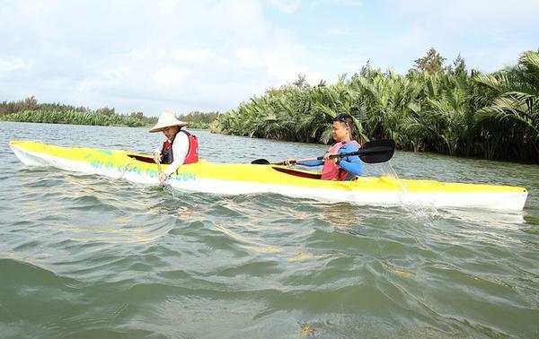 Hiện anh đã đầu tư hơn 40 thuyền kayak để phục vụ khách và thuê 3 nhân viên làm nhiệm vụ vận chuyển rác nhặt được trên sông đến nơi tiêu hủy.