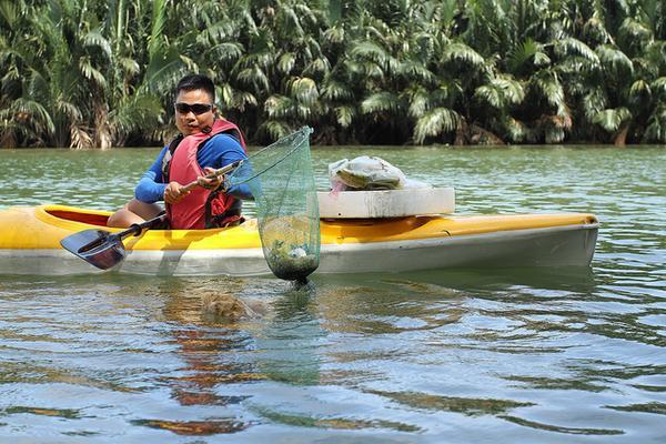 Anh Nguyễn Văn Long (34 tuổi, quê Hà Nội, giám đốc Công ty Hội An Kayak) cho biết, trước đây anh làm việc cho một công ty du lịch ở tỉnh Quảng Ninh với một mức lương khá cao. Yêu thích Hội An, năm 2014, anh quyết định vào đây để lập nghiệp bằng nghề hướng dẫn viên du lịch và kết hợp với các công ty tổ chức sự kiện.