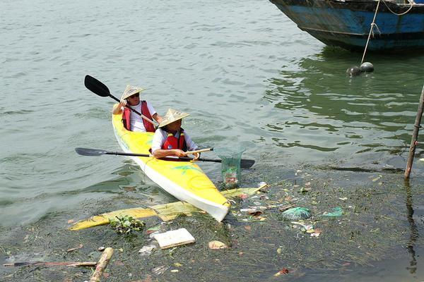 Thấy nước sông Hoài ngày càng ô nhiễm do người dân vứt rác bừa bãi, anh nảy sinh ý định mở một loại hình du lịch kết hợp với việc bảo vệ môi trường. Sau thời gian thai nghén, đầu tháng 3 vừa qua, anh đã chính thức cho ra mắt tour du lịch đặc biệt này.