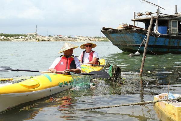 """Vừa vất vả đưa một bao rác lớn lên thuyền, ông Clayton Hornbaker, một du khách người Mỹ, chia sẻ: """"Tôi đã đi du lịch nhiều nước trên thế giới, khi đến Việt Nam tôi thấy rác bị người dân vứt xuống sông rất nhiều. Tôi hi vọng sẽ có thêm nhiều hoạt động du lịch như thế này để người dân ý thức hơn trong việc bảo vệ môi trường…""""."""