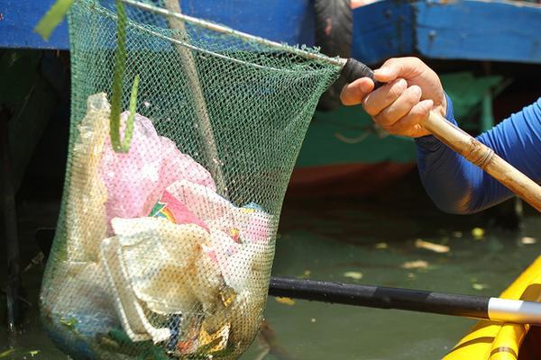 Thay vì là những chuyến tham quan, giải trí thú vị khác, nhiều du khách Tây lại bỏ tiền để được đi… nhặt rác làm sạch dòng sông cho Hội An.