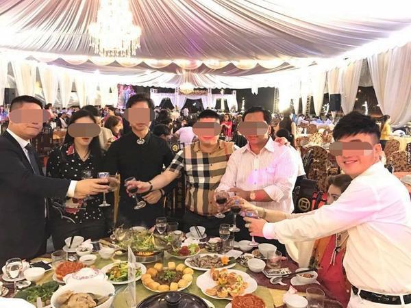 Ca sĩ Ngọc Sơn góp mặt chia vui cùng cặp đôi.