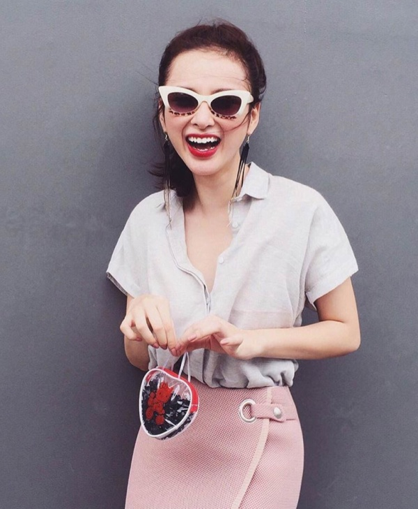 Sành điệu không cần hàng hiệu là đây chứ đâu.  Bên cạnh đó, Angela Phương Trinh cũng thử nghiệm qua nhiều style khác nhau thay vì đóng khung trong một công thức mix&match nhất định. Đôi khi cô kiêu kỳ như một quý cô, lắm lúc lại theo trường phái cổ điển, vintage hoặc thêm chút sắc màu hiện đại của cô nàng thành thị… Dù có theo đuổi phong cách nào, nữ diễn viên tài năng cũng không khiến người hâm mộ phải thất vọng. Lăng xê và nâng tầm cho những món đồ bình dân, Angela Phương Trinh đã tạo nên giá trị thẩm mỹ quan trọng và mở ra con đường thời trang một cách dễ dàng hơn cho các tín đồ trẻ: Rẻ mà vẫn đẹp!