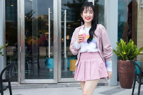 Trong một lựa chọn khác, cô trẻ như cô nàng nữ sinh với set đồ màu hồng pastel dễ thương.