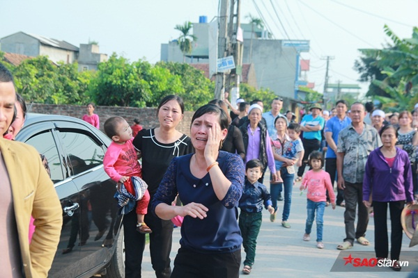 Mẹ bé Linh khóc ngất khi thi thể con gái được đưa về tới quê nhà - Ảnh 24