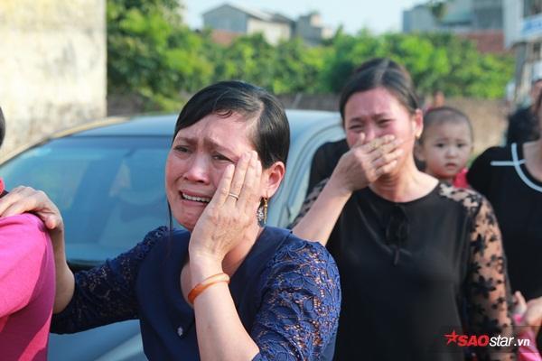 Mẹ bé Linh khóc ngất khi thi thể con gái được đưa về tới quê nhà - Ảnh 23