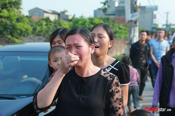 Mẹ bé Linh khóc ngất khi thi thể con gái được đưa về tới quê nhà - Ảnh 4