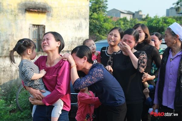 Mẹ bé Linh khóc ngất khi thi thể con gái được đưa về tới quê nhà - Ảnh 22