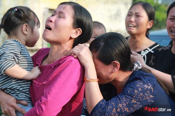 Mẹ bé Linh khóc ngất khi thi thể con gái được đưa về tới quê nhà - Ảnh 3