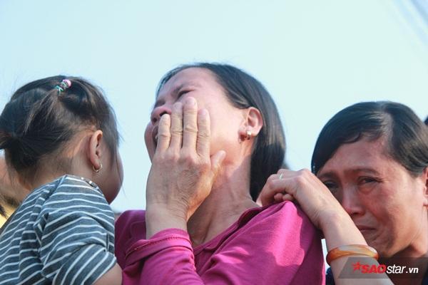 Mẹ bé Linh khóc ngất khi thi thể con gái được đưa về tới quê nhà - Ảnh 2