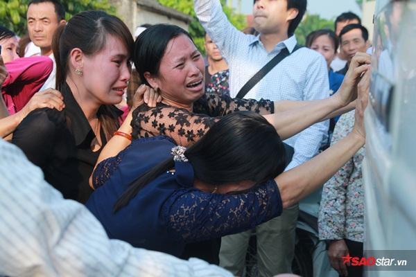 Mẹ bé Linh khóc ngất khi thi thể con gái được đưa về tới quê nhà - Ảnh 25
