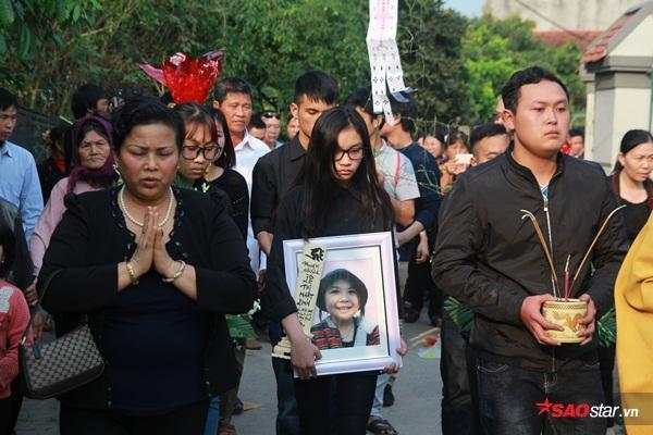 Mẹ bé Linh khóc ngất khi thi thể con gái được đưa về tới quê nhà - Ảnh 20