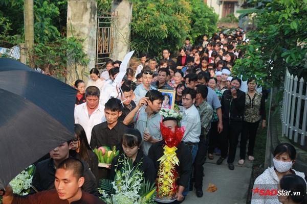 Mẹ bé Linh khóc ngất khi thi thể con gái được đưa về tới quê nhà - Ảnh 9
