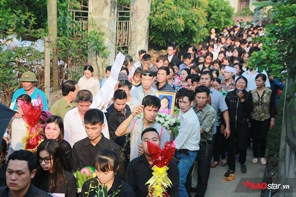 Mẹ bé Linh khóc ngất khi thi thể con gái được đưa về tới quê nhà - Ảnh 14