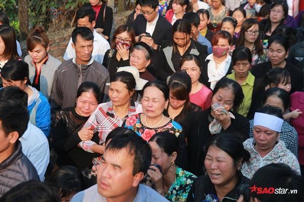 Mẹ bé Linh khóc ngất khi thi thể con gái được đưa về tới quê nhà - Ảnh 16