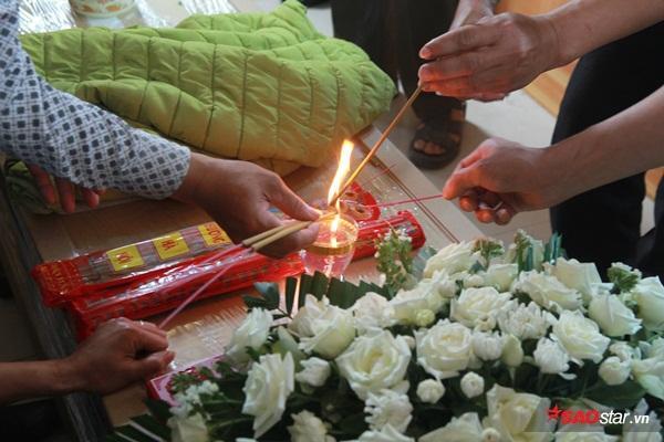 Mẹ bé Linh khóc ngất khi thi thể con gái được đưa về tới quê nhà - Ảnh 17