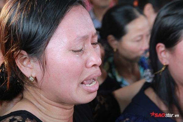 Mẹ bé Linh khóc ngất khi thi thể con gái được đưa về tới quê nhà - Ảnh 12