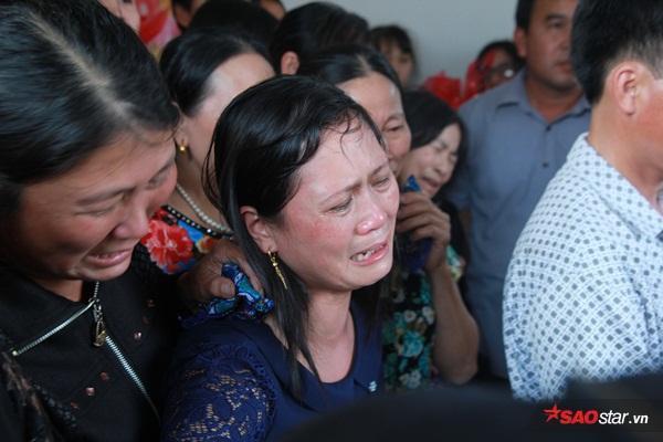 Mẹ bé Linh khóc ngất khi thi thể con gái được đưa về tới quê nhà - Ảnh 11