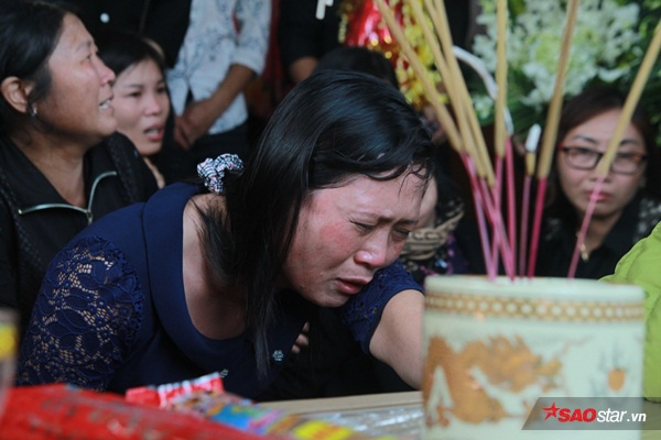 Mẹ bé Linh khóc ngất khi thi thể con gái được đưa về tới quê nhà - Ảnh 8
