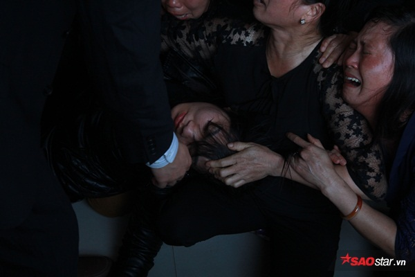 Mẹ bé Linh khóc ngất khi thi thể con gái được đưa về tới quê nhà - Ảnh 7