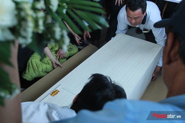 Mẹ bé Linh khóc ngất khi thi thể con gái được đưa về tới quê nhà - Ảnh 10