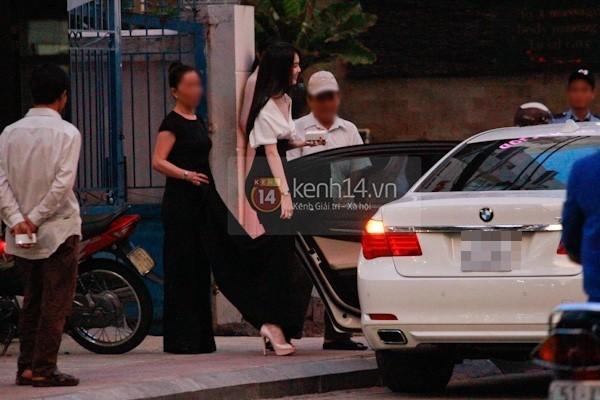 Trước đó, trong năm 2014, Ngọc Trinh thường xuyên xuất hiện bên chiếc BMW 750 Li có giá khoảng hơn 4 tỷ đồng. (Ảnh: Kenh14.vn)