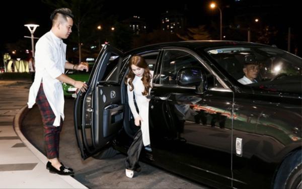 Đặc biệt, xuất hiện tại buối họp báo ra mắt phim Vòng eo 56 tại TP. HCM, Ngọc Trinh thu hút sự chú ý của báo giới khi bước xuống từ chiếc xe siêu sang Rolls-Royce Phantom.