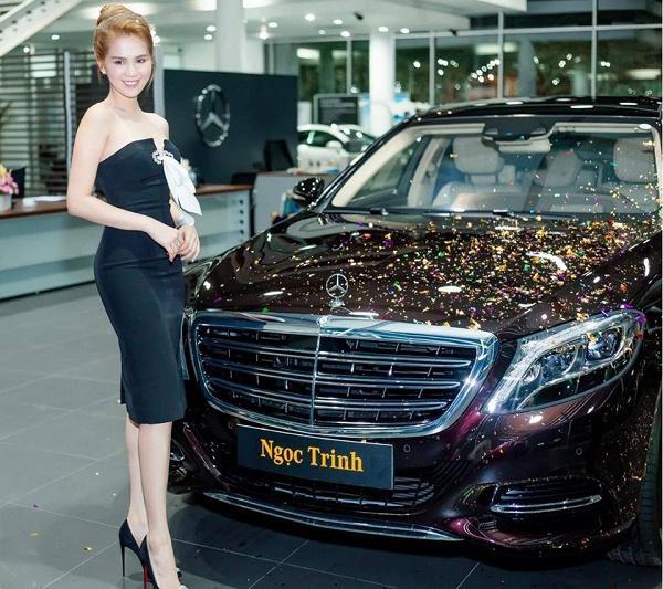 Mới đây, Ngọc Trinh vừa khiến khán giả vô cùng bất ngờ khi chia sẻ trên trang cá nhân hình ảnh buổi nhận chiếc siêu xe có giá 12 tỷ đồng.