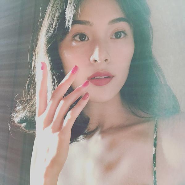 Sao Việt: Hạ Vi đăng ảnh xinh đẹp dập tan tin đồn xuống sắc