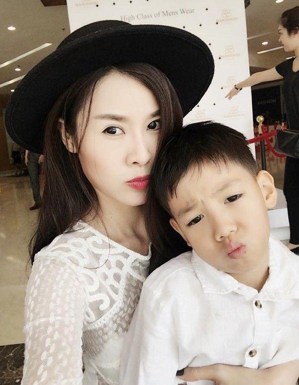 Con trai Subeo của Hà Hồ cũng rất quấn quýt với Quế Vân.