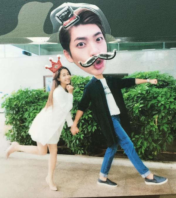Cặp đôi đóng vai khách mời trong phim mới để ủng hộ nhau?  Với các diễn viên Hàn Quốc, truyền thống đóng vai khách mời để ủng hộ những người bạn bè thân thiết đã chẳng còn xa lạ gì. Dù chỉ xuất hiện thoáng qua nhưng những vai cameo này khiến khán giả vô cùng thích thú, ngóng chờ không kém gì nhân vật chính.